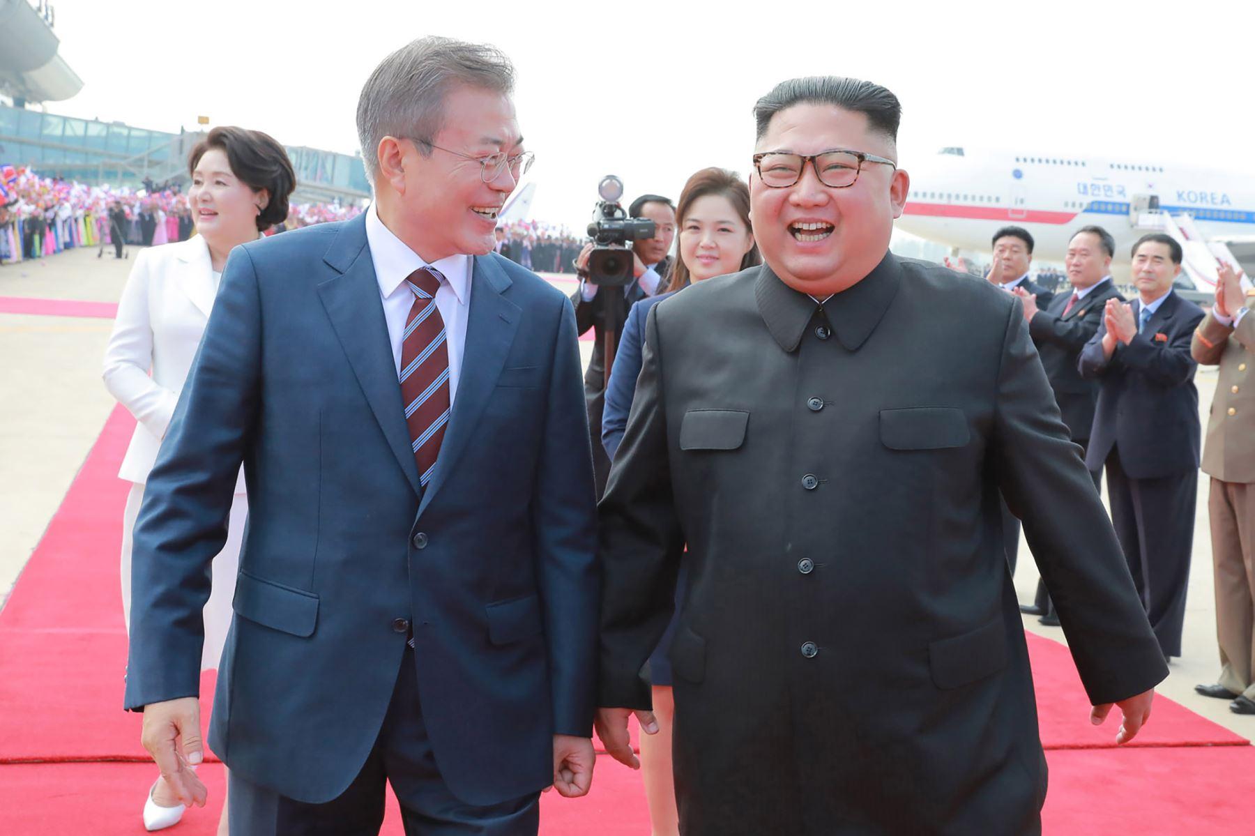 El líder norcoreano Kim Jong Un recibiendo al presidente surcoreano Moon Jae-in en Pyongyang Foto: AFP