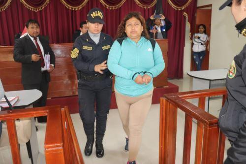 Ordenan 9 meses de prisión preventiva para Danyk Farfán, quien es acusada de abusar de sus hijas. ANDINA