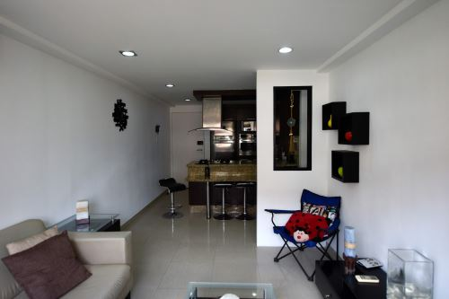 Vista de la sala de estar de un departamento vacío en Caracas. Foto: AFP.