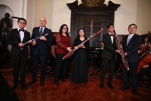Primera Dama participó en entrega de donativos a Sinfonía por el Perú