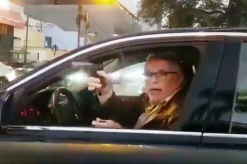 Sucamec incautará arma de fuego a sujeto que amenazó con ella a conductor. Foto: Captura TV.