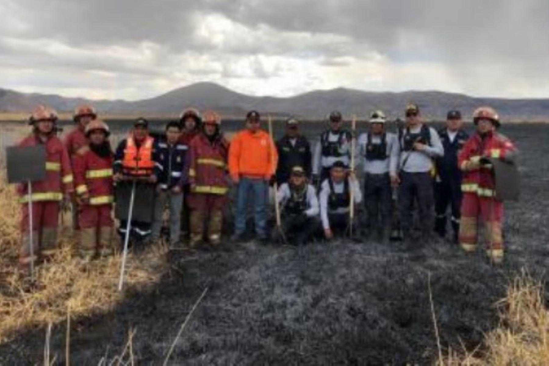 Incendio forestal en las islas Los Uros, región Puno.