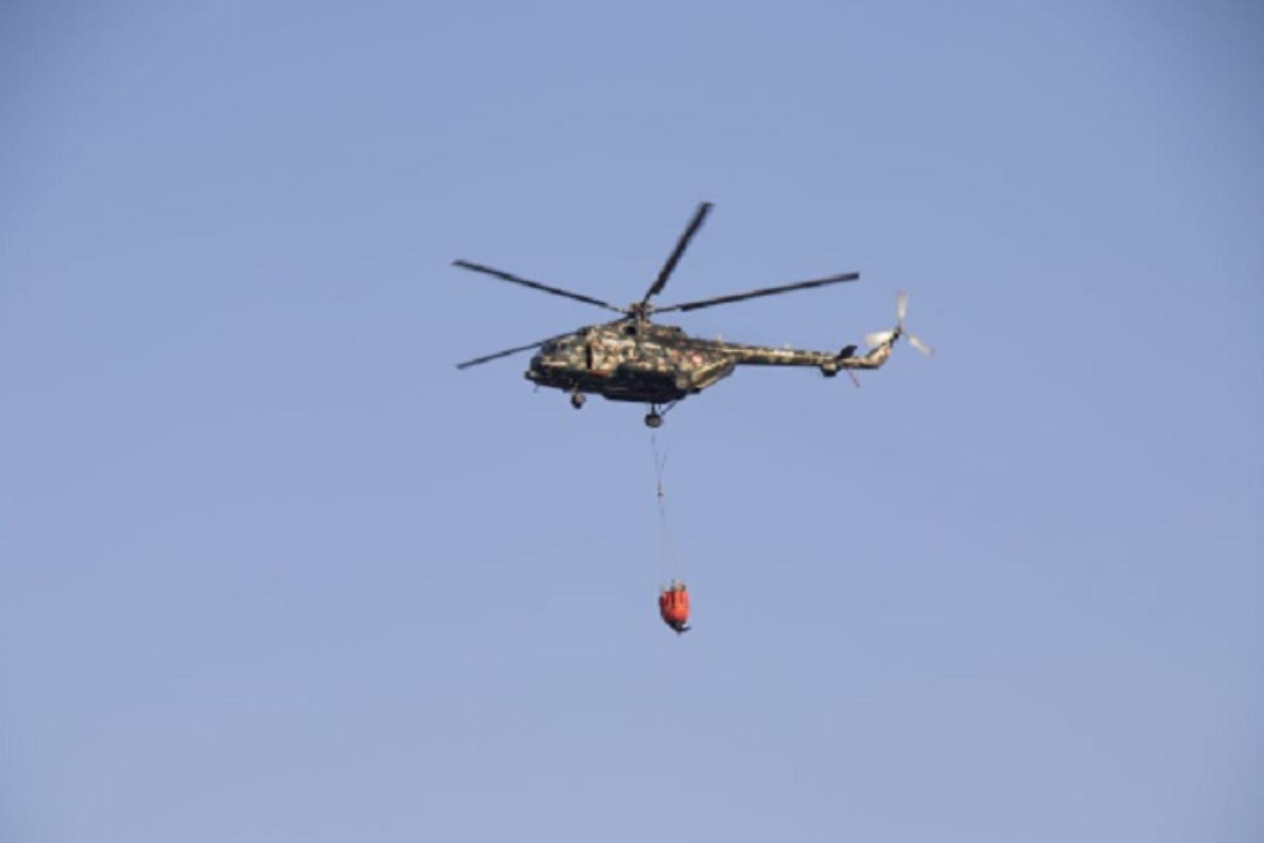 Se reanudaron los trabajos de extinción del incendio forestal que se registra desde el pasado 22 de setiembre en el distrito de Pítipo, provincia de Ferreñafe, región Lambayeque, con el apoyo de un helicóptero del Ejército equipado con sistema Bambi Bucket.