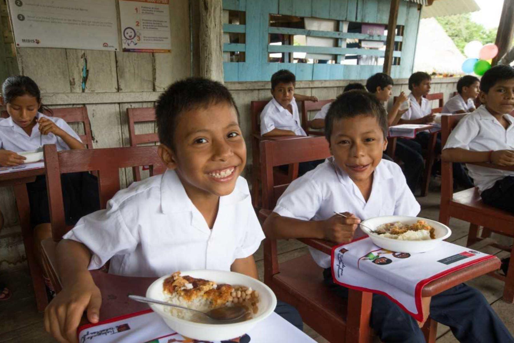 Programa Nacional de Alimentación Escolar Qali Warma brinda almuerzos a estudiantes de colegios públicos en las zonas rurales de la Amazonía.
