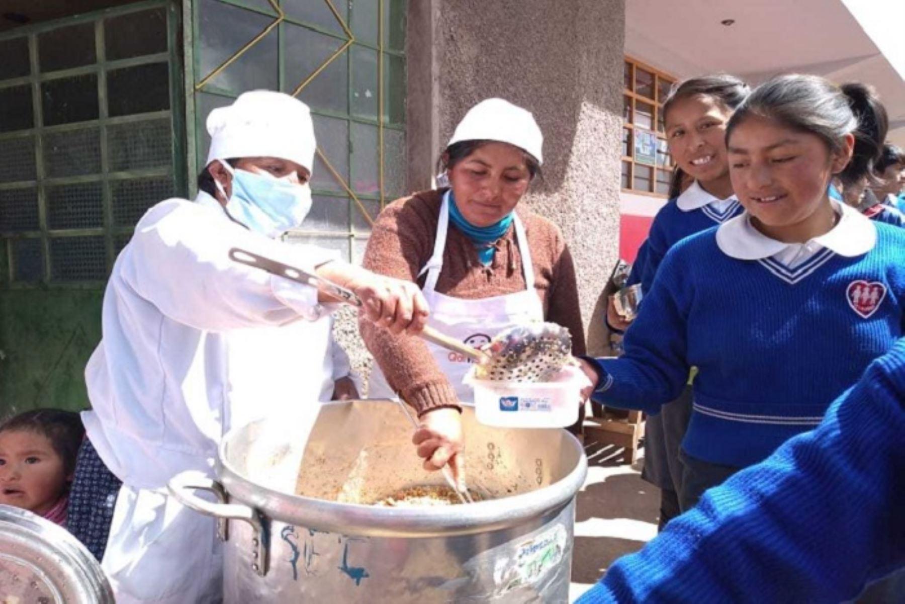 Gracias al esfuerzo y trabajo articulado que realiza el Ministerio de Desarrollo e Inclusión Social (Midis)y el Ministerio de Educación (Minedu), se inició la atención a 5,220 alumnos de secundaria de colegios de Jornada Escolar Completa (JEC) de la región Puno, quienes recibirán los desayunos y almuerzos escolares que brinda el Programa Nacional de Alimentación Escolar Qali Warma.