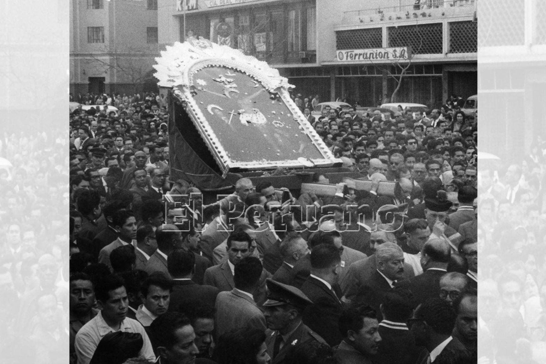 Lima - 6 octubre 1962 / Traslado de la imagen del Señor de los Milagros de la capilla al Templo de las Nazarenas. Centenares de devotos colmaron cerca de dos cuadras en su recorrido procesional. Foto: Archivo Histórico de EL PERUANO.