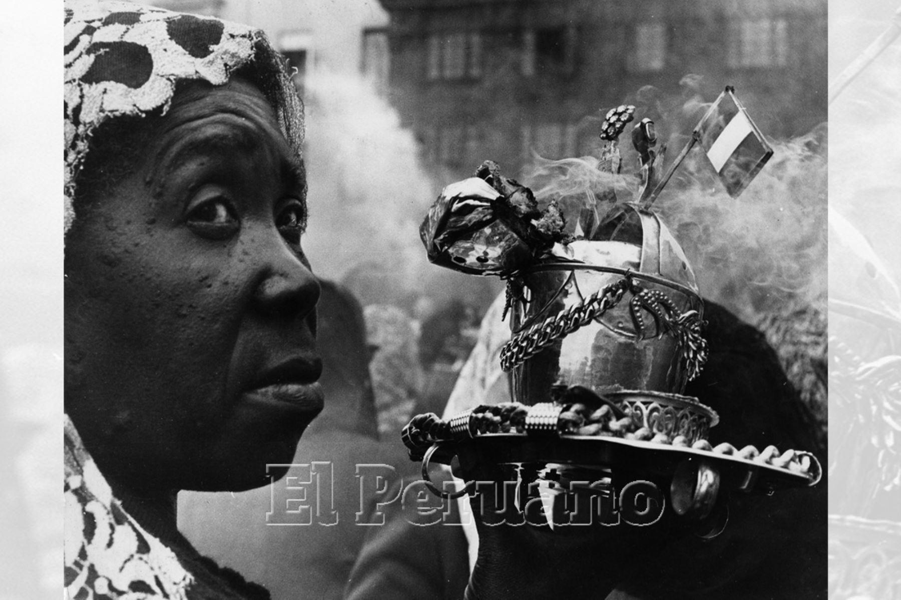 Lima - 18 octubre 1974 / Sahumadora en la procesión del Señor de los Milagros. Foto: Archivo Histórico de EL PERUANO / Rolando Ángeles
