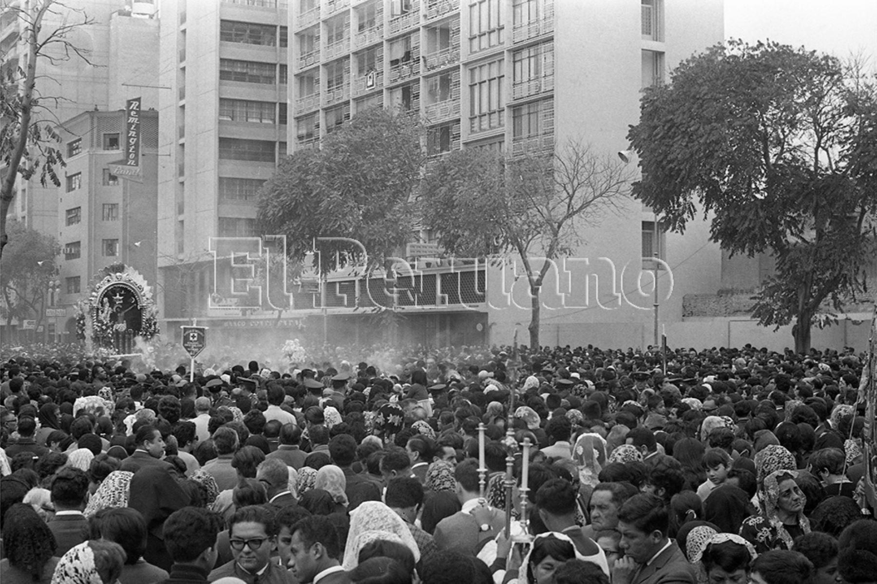 Lima - 11 octubre 1969 / Lima se volcó a las calles para acompañar la sagrada imagen del Señor de los Milagros  en la primera procesión del convento al Templo de las Nazarenas.  Foto: Archivo Histórico de EL PERUANO