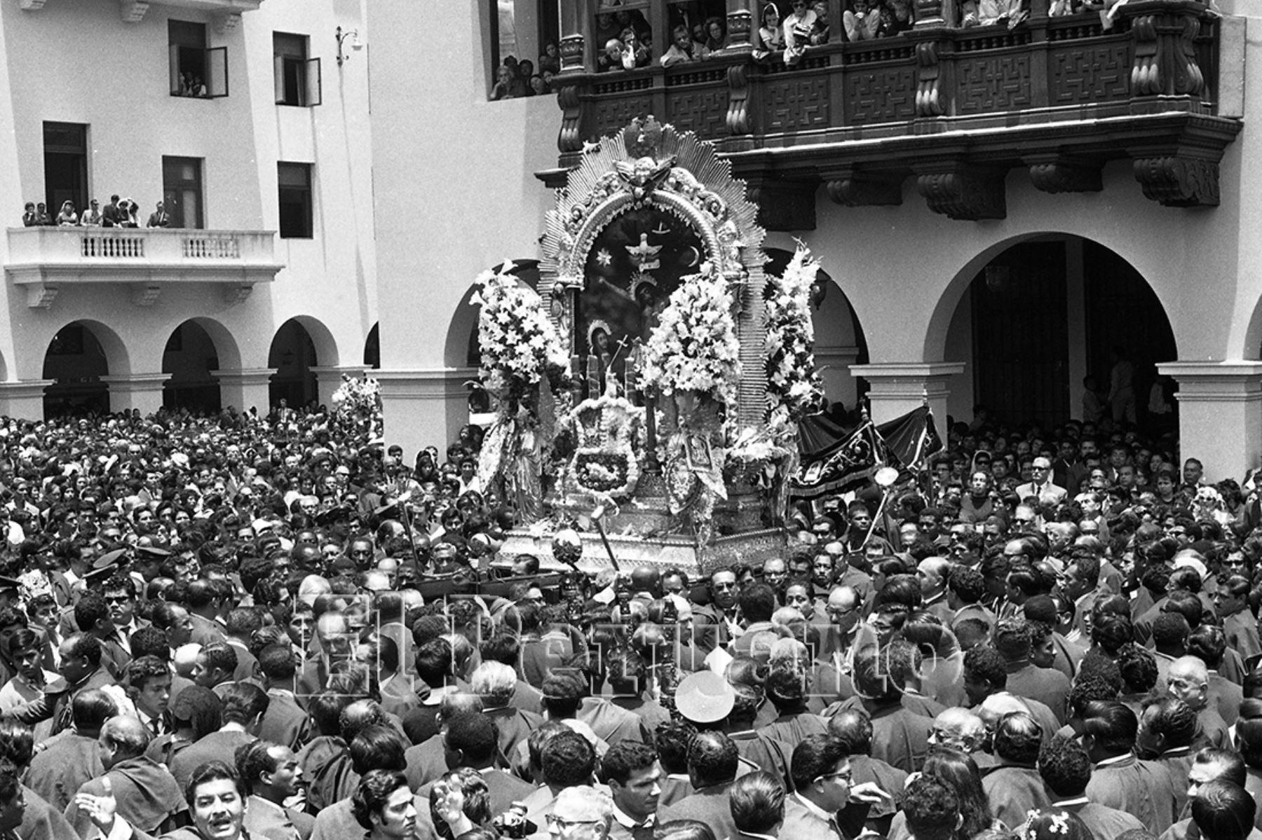 Lima - 18 octubre 1969 / Un inmenso mar morado envolvió las calles de la ciudad acompañando la imagen del Señor de los Milagros en su primer recorrido tradicional del año del Templo de las Nazarenas al la Iglesia de la Victoria.  Foto: Archivo Histórico de EL PERUANO.