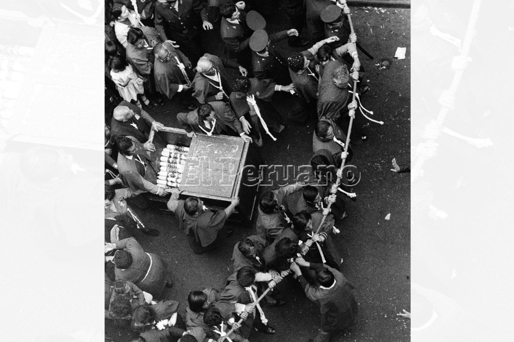 Lima - 18 octubre 1976 / Un grupo de hombres de la hermandad del Señor de los Milagros sujeta la cuerda de seguridad de la sagrada imagen en procesión. Foto: Archivo Histórico e EL PERUANO / Rolando Ángeles