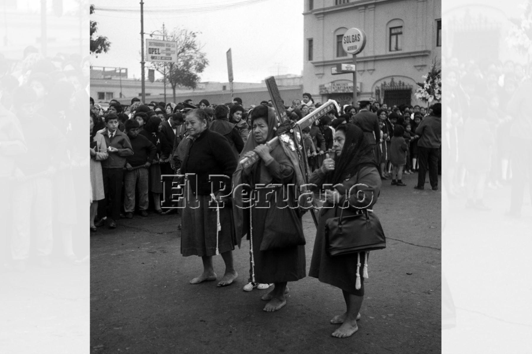 Lima - 19 de octubre 1969 / Mujeres cargan una cruz de penitencia de fieles, la sagrada imagen del Señor de los Milagros retornó de la Iglesia de la Victoria al Templo de las Nazarenas. Foto: Archivo Histórico de EL PERUANO.