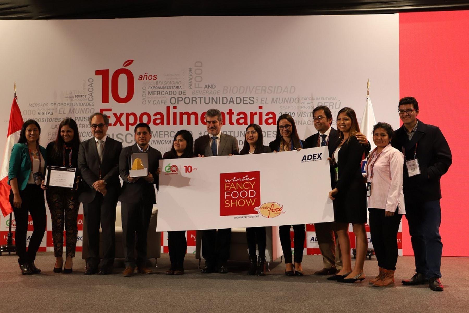 Ministro de Comercio Exterior y Turismo, Rogers Valencia y el titular de ADEX, Juan Varilias con premiados en Expoalimentaria. Foto: Cortesía.