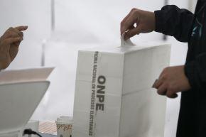 Electores en la I.E 1230 en La Molina sufragan mediante voto electrónico durante las elecciones municipales 2018. Foto: ANDINA/Melina Mejía