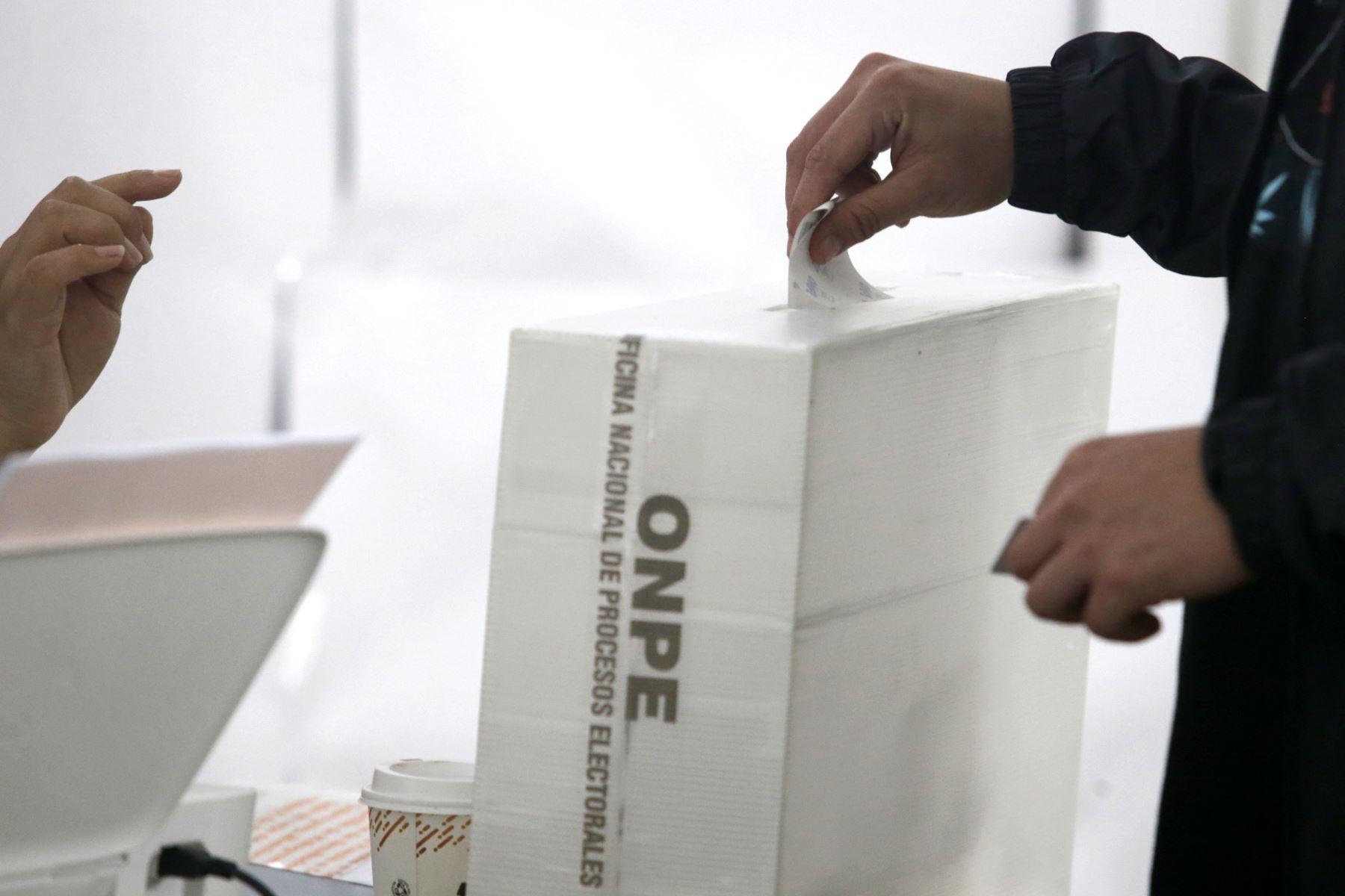 En 15 departamentos del país se definiría en segunda vuelta al ganador de la elección a la gobernación regional, en vista que los candidatos no alcanzaron el 30% de los votos, tal como lo exige la Ley de Elecciones Regionales vigente, según la encuesta a boca de urna realizada por la encuestadora Ipsos Perú. ANDINA/Melina Mejía