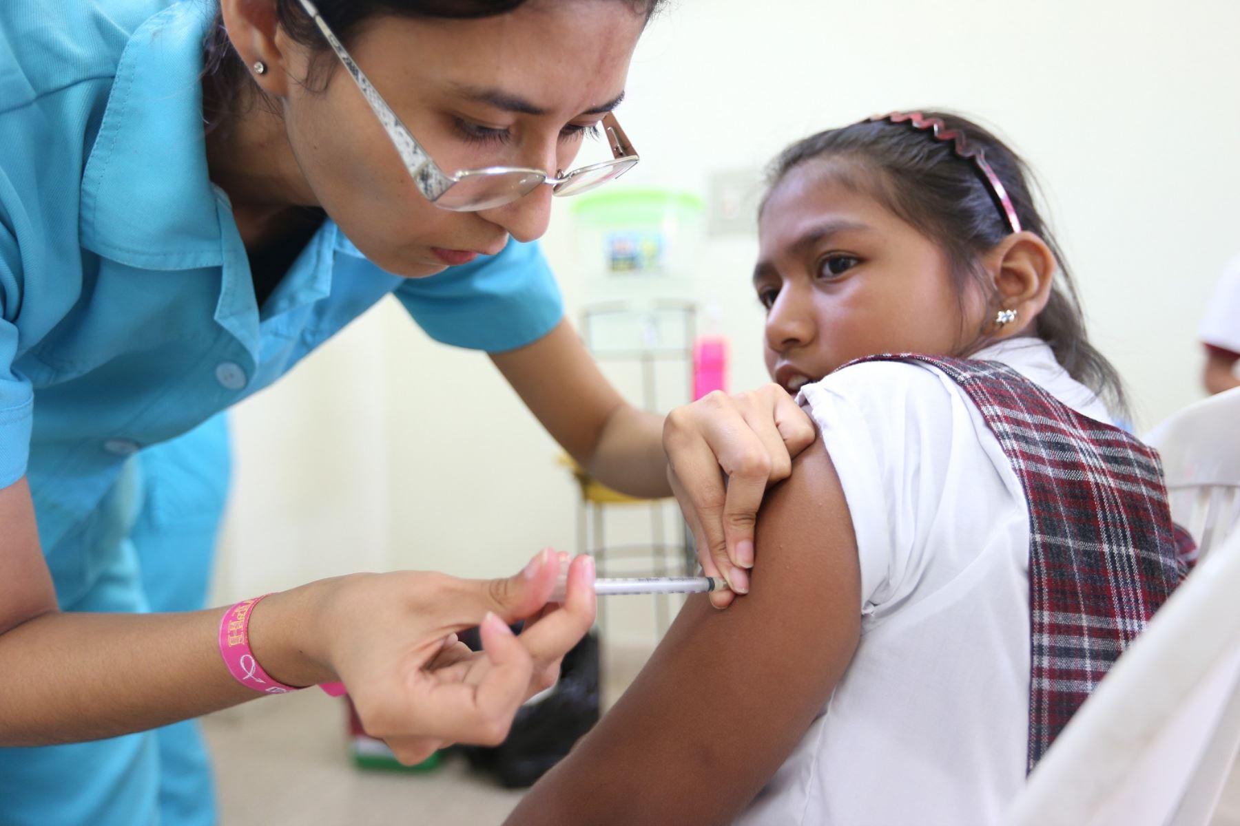 Minsa exhorta a la población acudir a su establecimiento de salud más cercano para vacunarse contra la influenza y neumonía. ANDINA