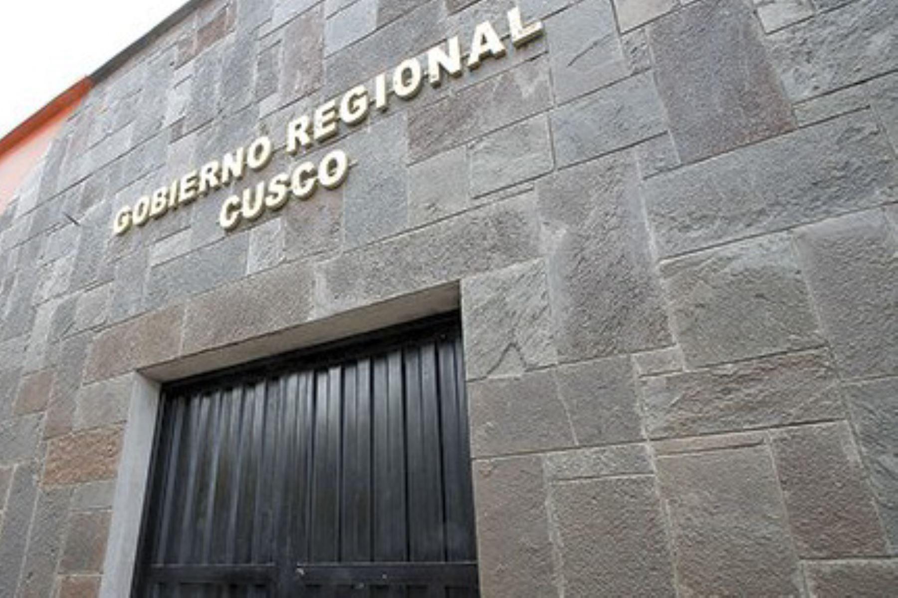 """La elección del nuevo gobernador regional de Cusco se decidiría en segunda vuelta, dado que ninguno de los postulantes logró el 30% de los votos que establece la Ley de Elecciones Regionales para ser proclamado como ganador, según los sondeos efectuados """"a boca de urna"""" por la encuestadora Ipsos."""
