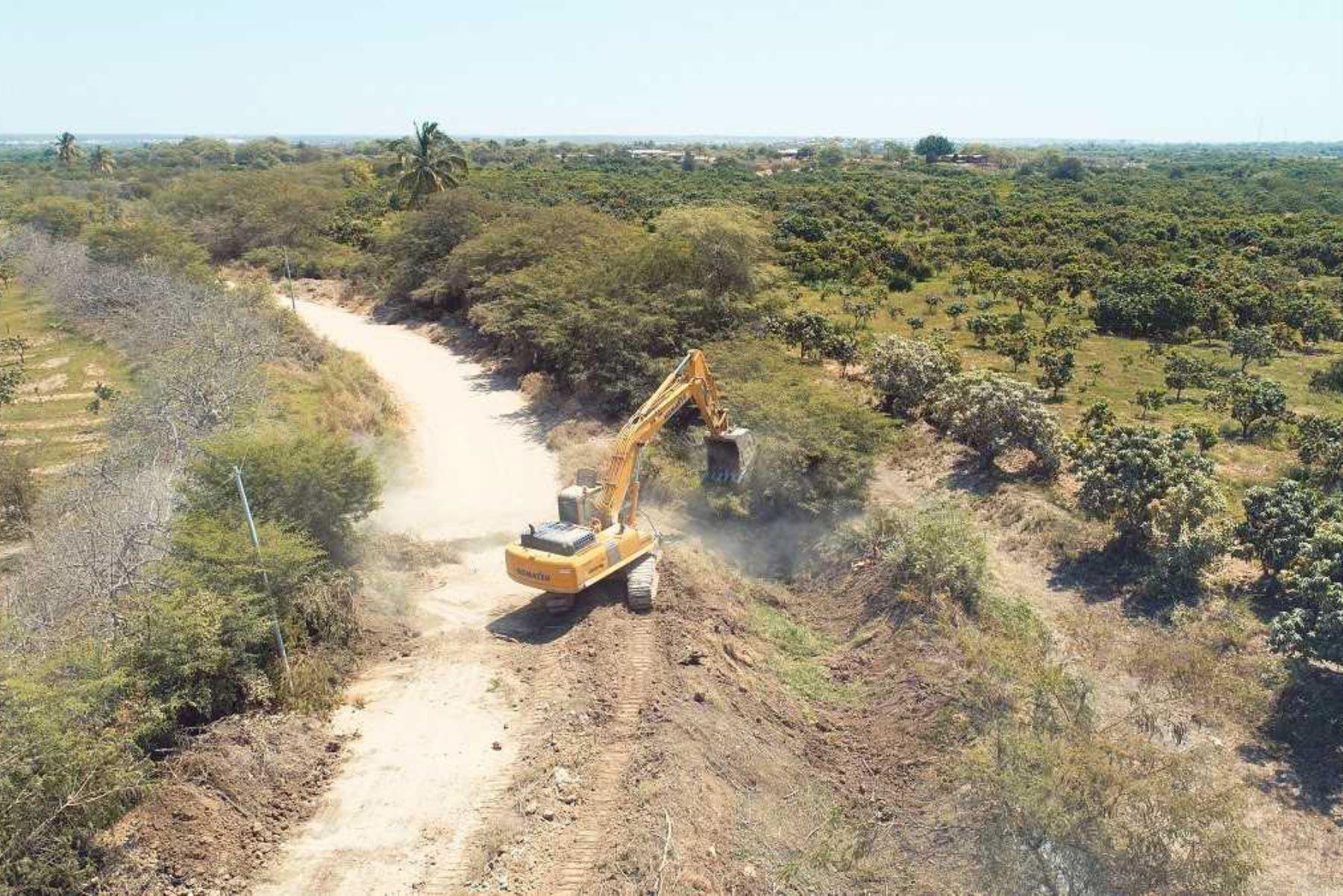 El director de la ARCC, Édgar Quispe, supervisó los avances en la rehabilitación del servicio de agua para riego del canal Mochumí. ANDINA/Archivo