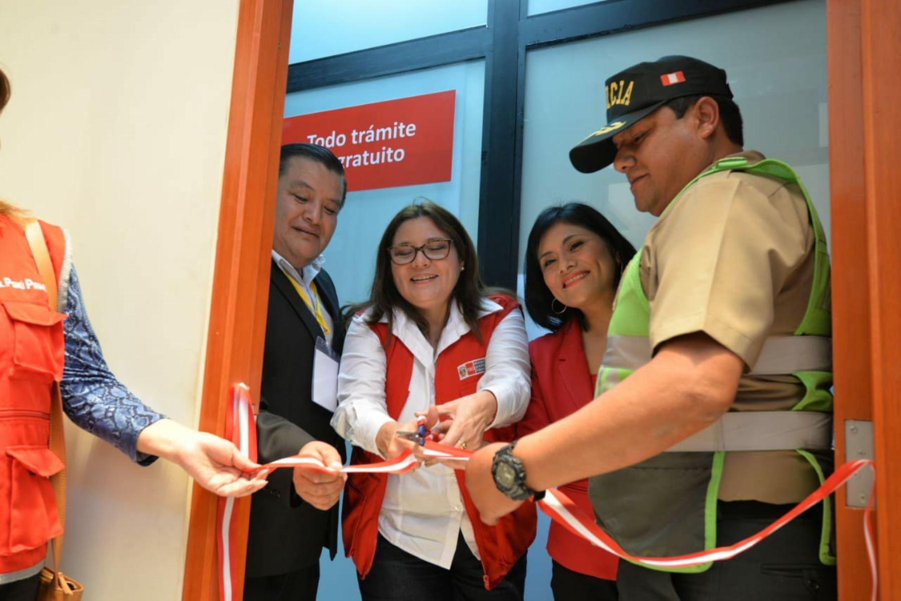 La ministra de la Mujer y Poblaciones Vulnerables, Ana María Mendieta, y la viceministra de Seguridad Pública del Ministerio del Interior, Nataly Ponce, inauguraron el Centro de Emergencia Mujer en la comisaría San Antonio, ubicado en la provincia Mariscal Nieto,la región Moquegua.