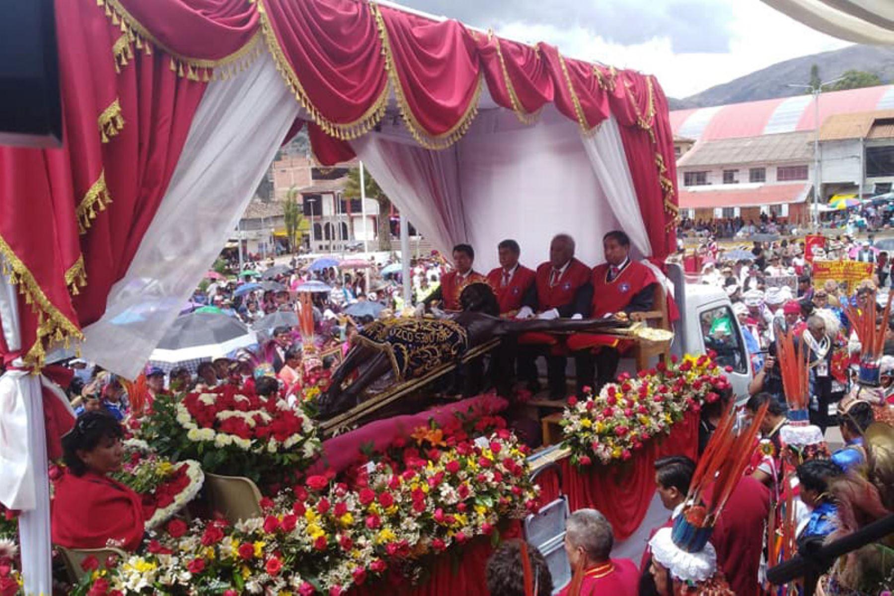 El Señor de los Temblores inició histórico recorrido, que lo llevará a la ciudad del Cusco, luego de la restauración al que fue sometido.