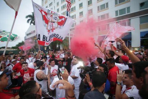 Hinchas se hicieron presentes para respaldar a la Blanquirroja en Miami