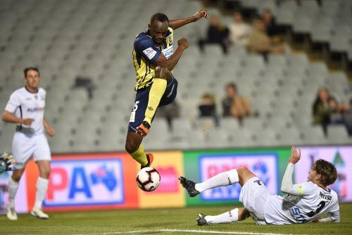 El velocista olímpico Usain Bolt brilló y anotó sus primeros dos goles como futbolista