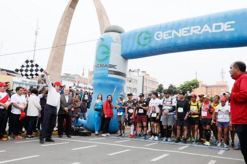 El ministro de Comercio Exterior y Turismo, Rogers Valencia, dio el banderazo de partida de la ultramaratón binacional Carrera sin Fronteras, competencia que une a las ciudades de Tacna (Perú) y Arica (Chile).