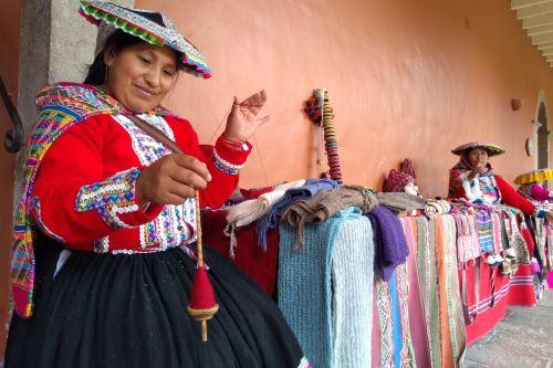 Tejedoras de comunidades campesinas de Cusco muestran su arte