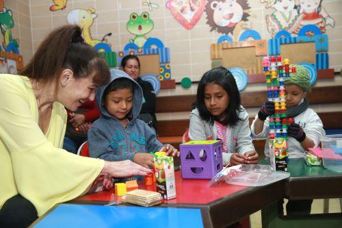 """Ministra de Salud, Silvia Pessah, visita a niños del INEN por la """"Semana Perú contra el cáncer"""""""