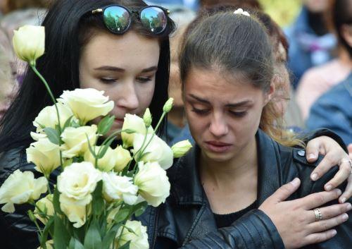 Dos niñas asisten a un servicio religioso para las víctimas de un ataque al instituto técnico en Kerch, Crimea Foto: AFP