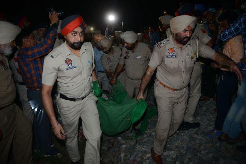 La Policía de Punjab de la India lleva el cuerpo de un celebrante que murió en un accidente de tren Foto: AFP