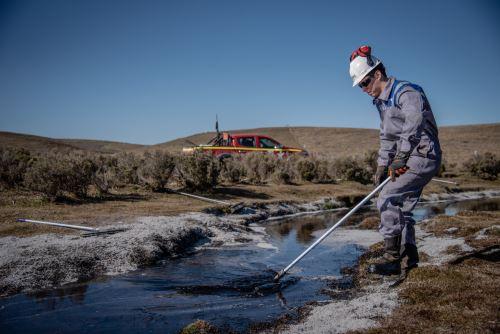 Vista del petróleo derramado en una planta de la compañía argentina de petróleo y gas YPF en Cullen, Tierra del Fuego, región de Magallanes, Chile Foto: AFP