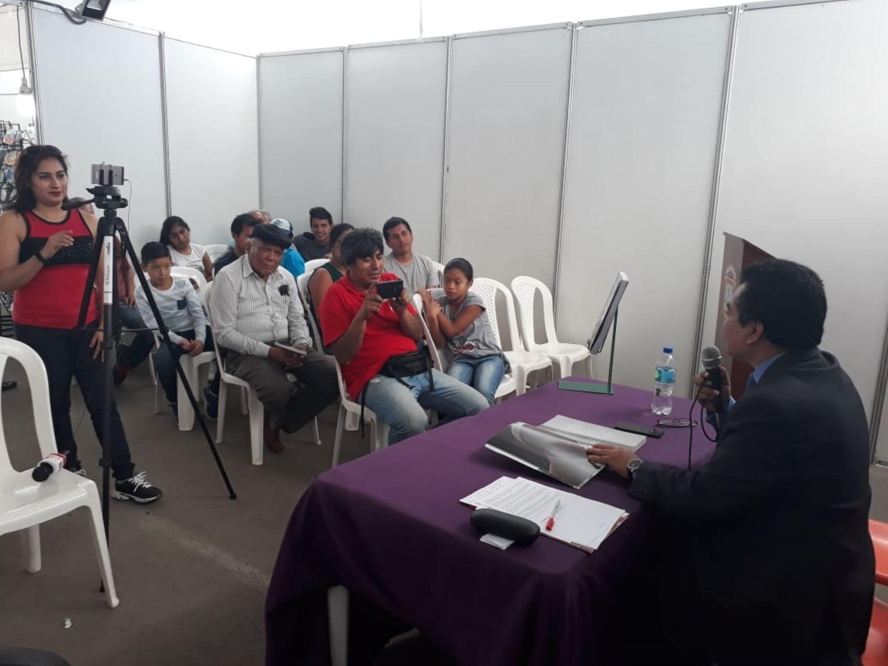 Periodista Félix Pax presentando el libro Francisco en el Perú en la feria de Chiclayo