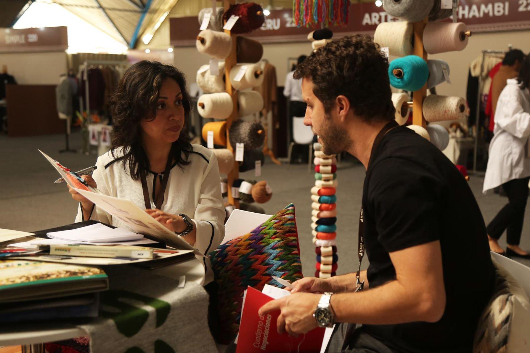 Más de 60 compradores de América, Europa y Asia llegaron a Arequipa participan en Alpaca Moda, atraídos por las confecciones con la fibra del camélido. Foto: Promperú