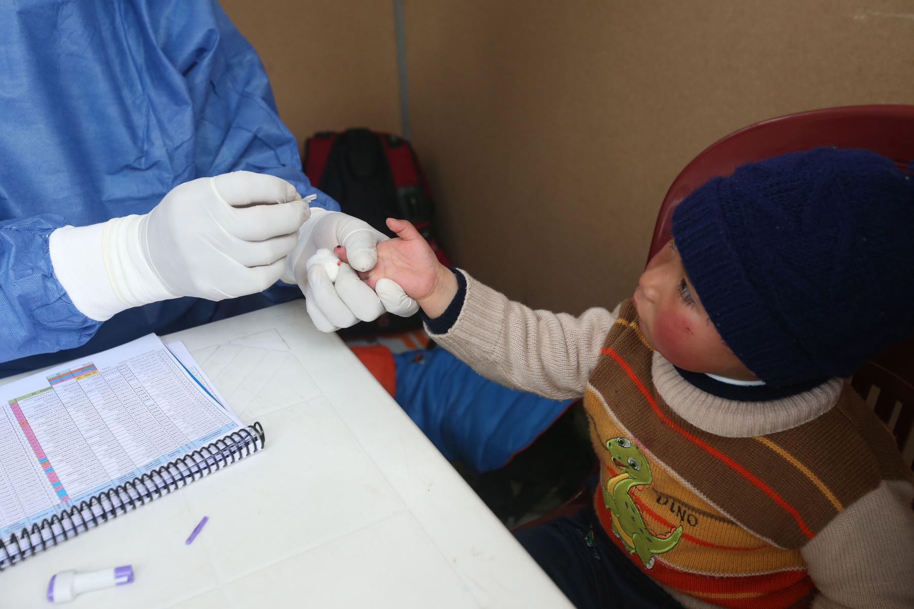 En la campaña de salud, realizan pruebas para detectar carencia de hierro a todos los niños. Foto: ANDINA/Vidal Tarqui