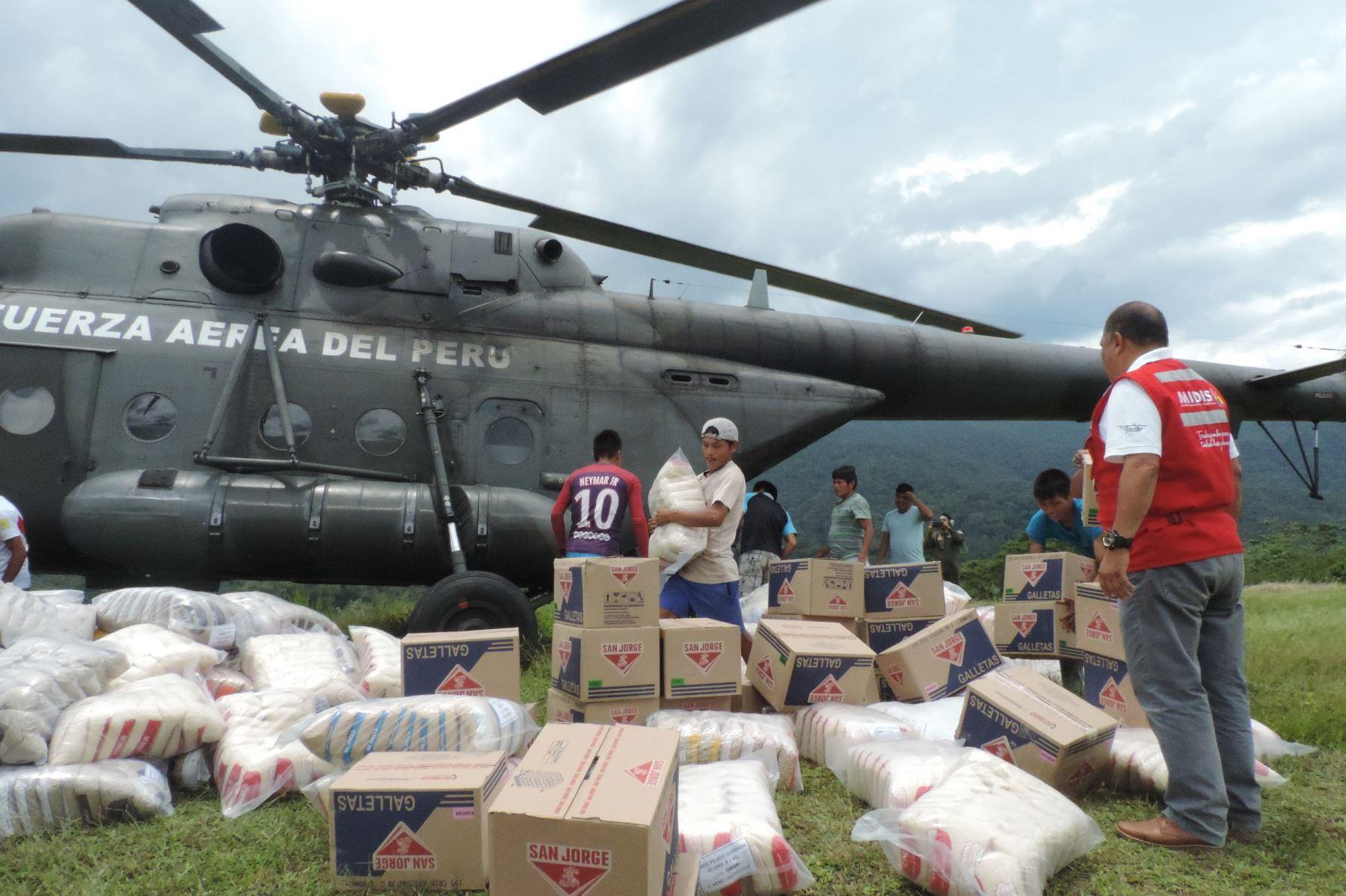 En helicópteros de las Fuerzas Armadas, se trasladaron los productos destinados al servicio alimentario que se brinda en 64 instituciones educativas de los distritos de El Cenepa e Imaza, región Amazonas.