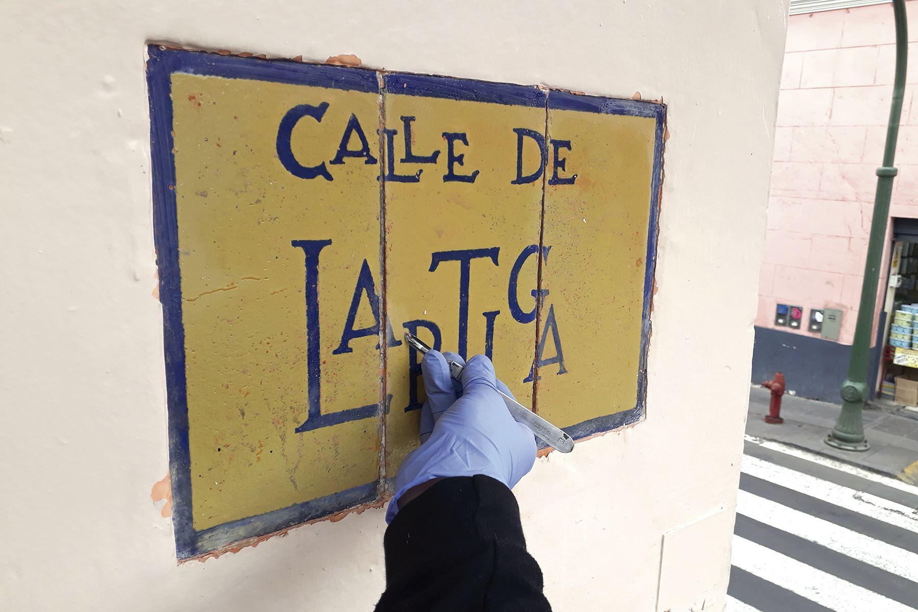 Trabajadores de Prolima recuperaron placas del Centro Histórico de Lima
