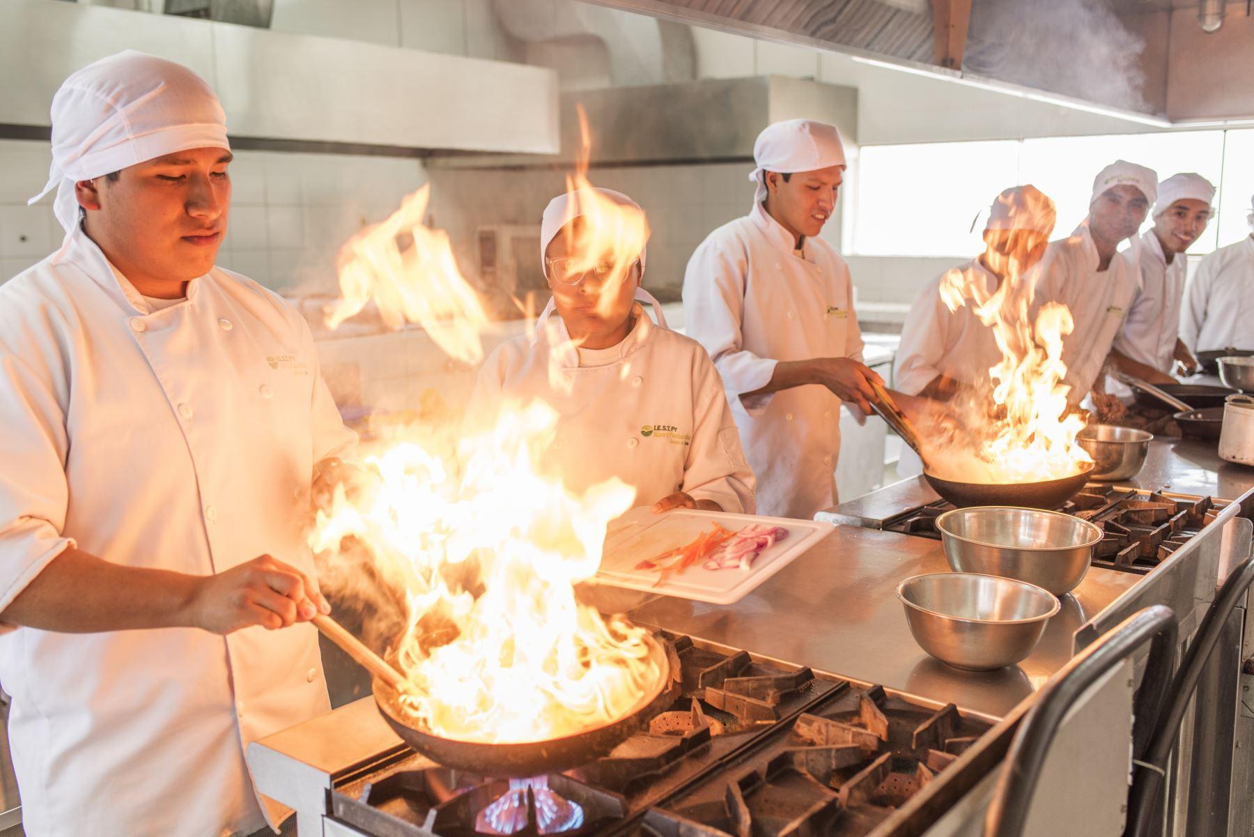 Alumnos de la escuela de Cocina de la Fundación Pachacútec en Ventanilla. Gastronomía.