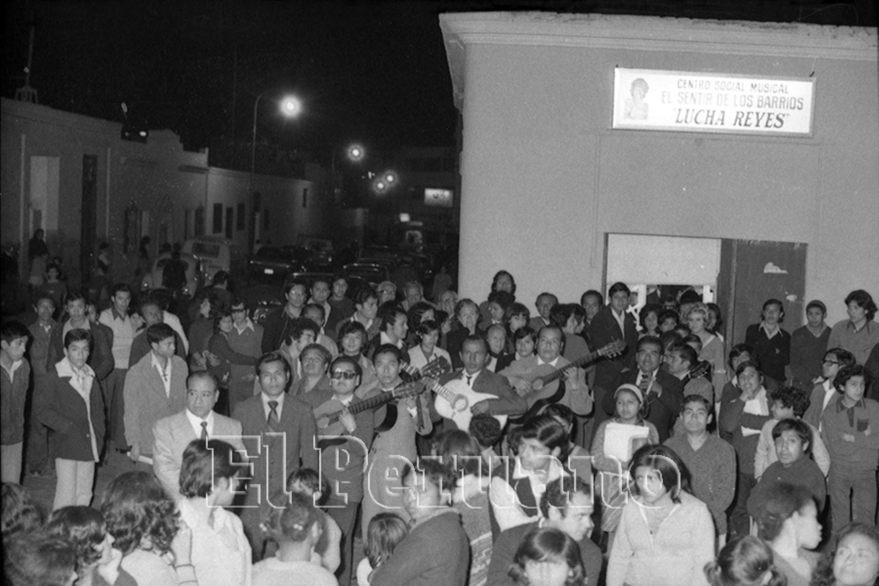 Jarana en el centro social musical Sentir de los Barrios Lucha Reyes,  al conmemorarse un año de la partida de la Morena de Oro del Perú (1974). Foto: Archivo Histórico de El Peruano/Orlando Adrianzén.