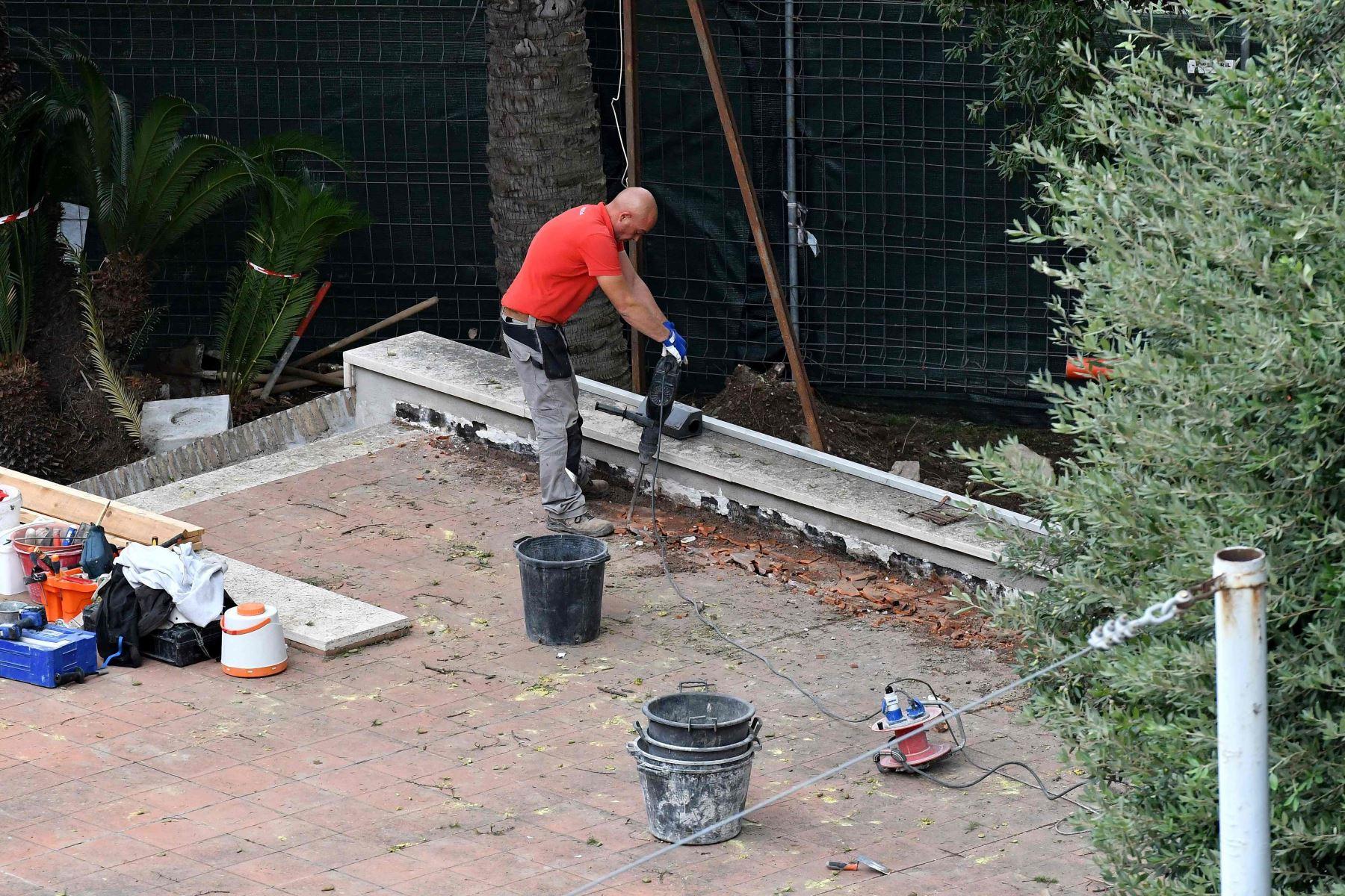 Un obrero de construcción trabaja dentro de la Nunciatura-Embajada del Vaticano en Roma Foto: AFP