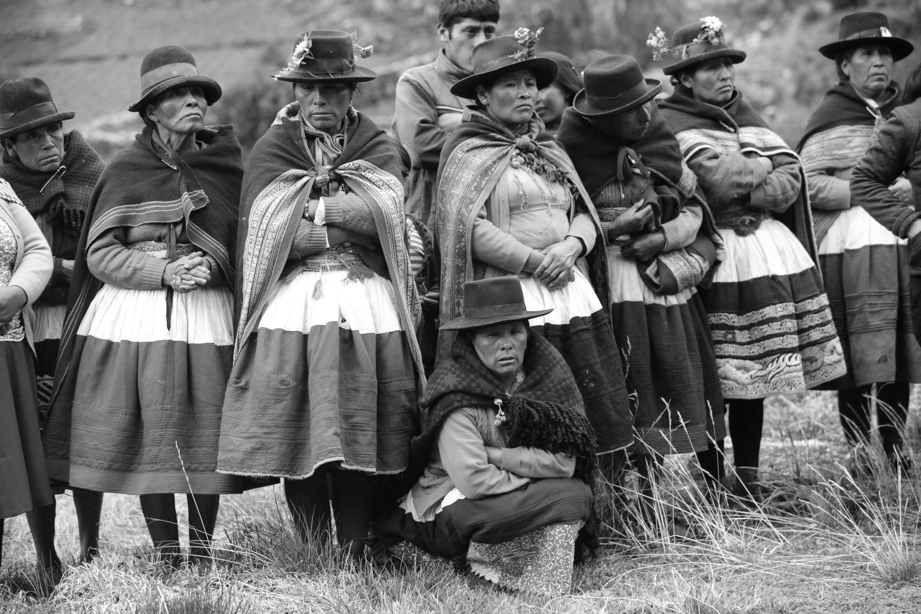 En Llacchua (provincia de Huanta, Ayacucho) la población es quechuahablante y se dedica a la producción de maíz, habas, alverjas y papas, y al pastoreo de vacunos y ovinos. La mayor parte es para su autoconsumo.  Foto: ANDINA/Jack Ramón