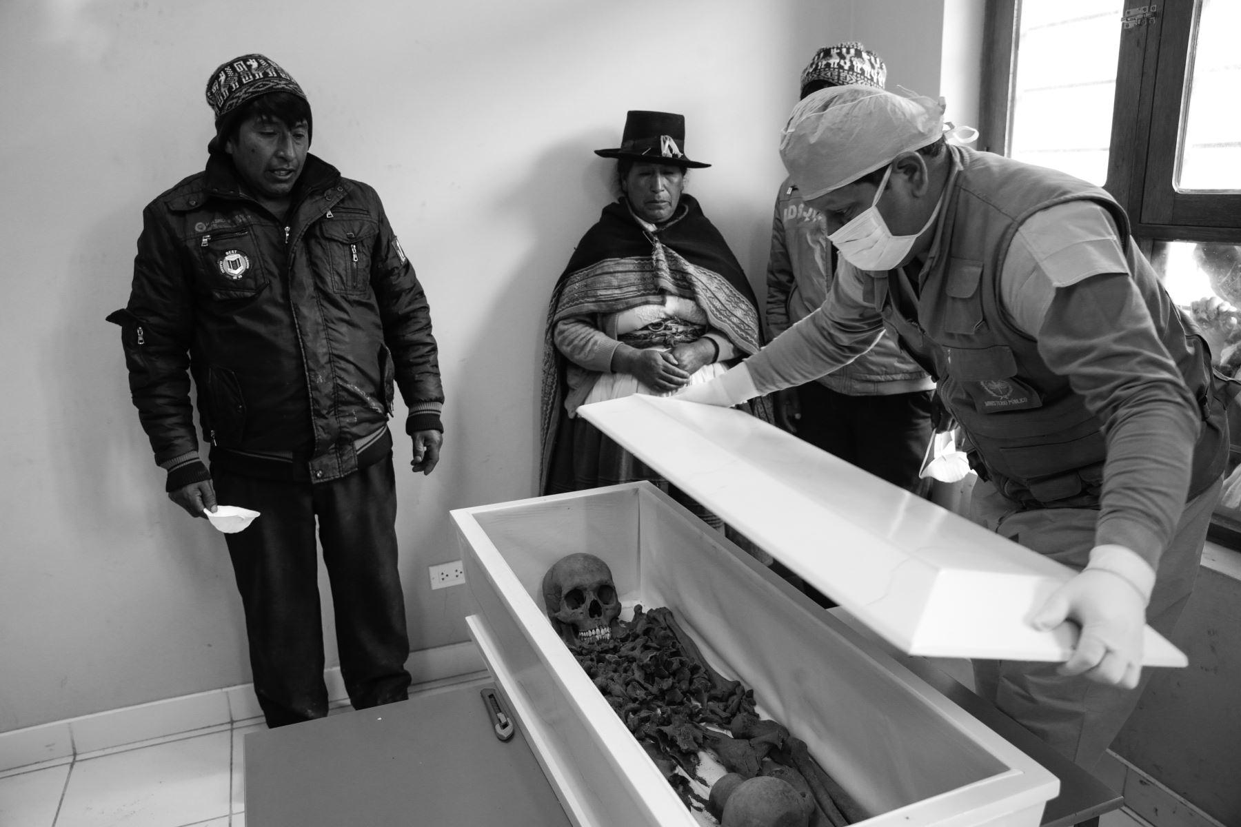 En la restitución de los cuerpos, el forense llama a los familiares y delante de ellos deposita los restos en un pequeño ataúd, para luego sellarlos. Foto: ANDINA/Jack Ramón