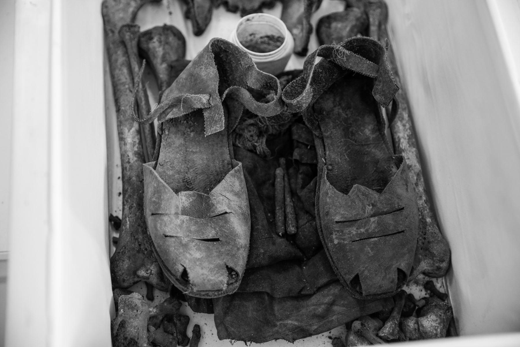 Además de huesos, se encontraron también ropas, calzado y hasta utensilios de las víctimas. Foto: ANDINA/Jack Ramón