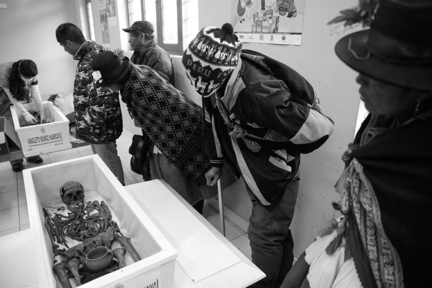 El 26 de octubre del 2018, el Estado Peruano entregó los cuerpos de 26 víctimas de los años de la violencia terrorista de Sendero Luminoso en la comunidad de Llacchua, en Ayacucho. Foto: ANDINA/Jack Ramón