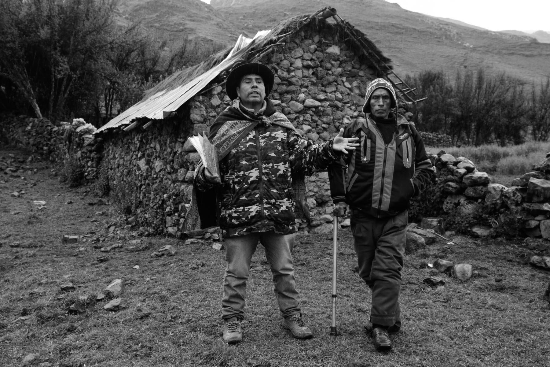 """Se demoró 35 años en volver a Llacchua.  Dimicio Muñoz Limaquispe cuenta: """"Ahora estoy regresando para poder enterrar a mi padre y mi madre"""". Él se fue de la comunidad cuando tenía solo cinco años y asesinaron a sus padres. Foto: ANDINA/Jack Ramón"""
