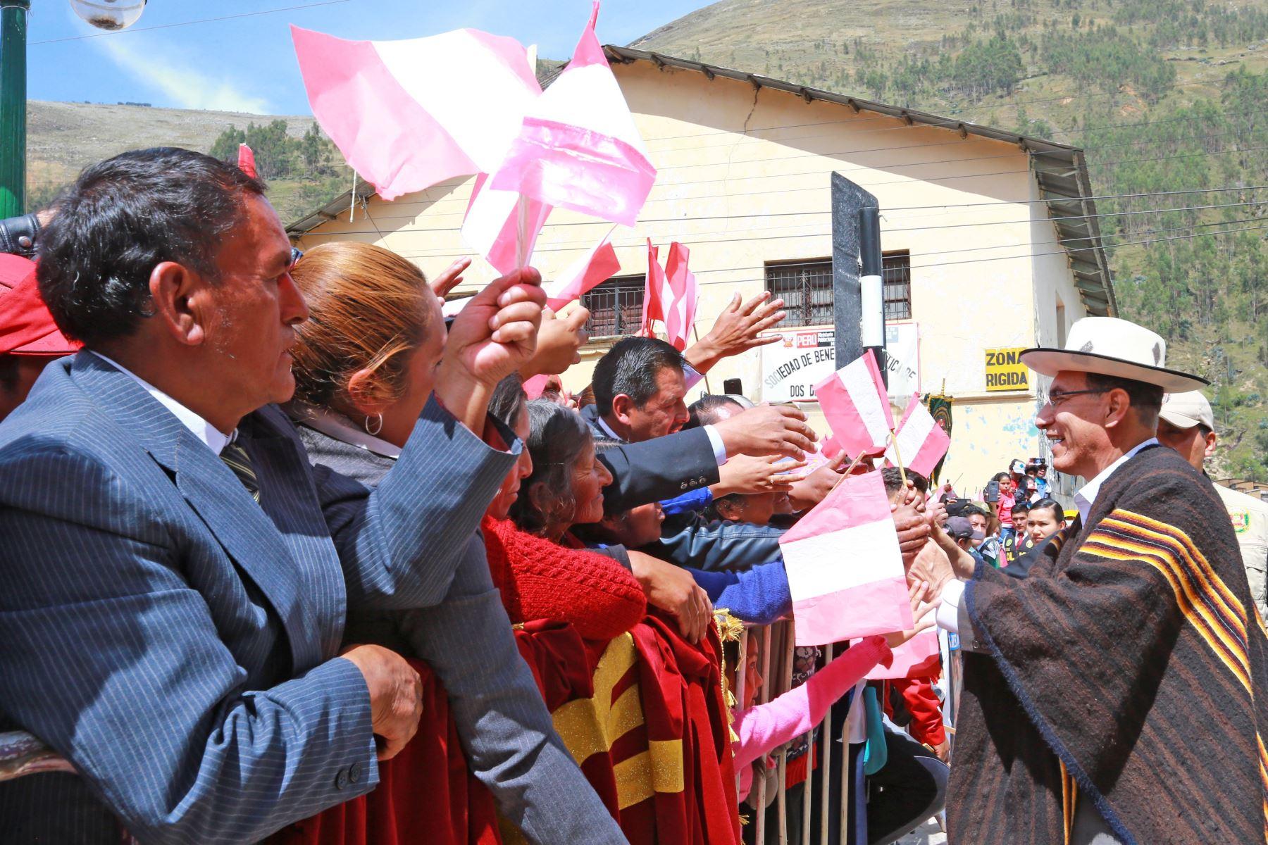 Presidente de la República, Martín Vizcarra, participa de la firma del contrato para la ejecución de la Carretera Huánuco - La Unión - Huallanca, obra que beneficiará a más de 270 mil ciudadanos de la región. Foto: ANDINA/Carlos Lezama/Prensa Presidencia