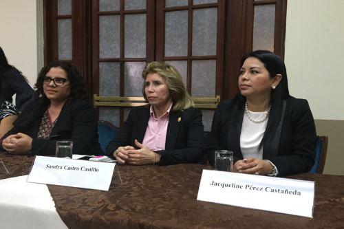Fiscal Sandra Castro (al centro) quien viene investigando a la organización criminal Los Cuellos Blancos del Puerto. Foto: INTERNET/Medios