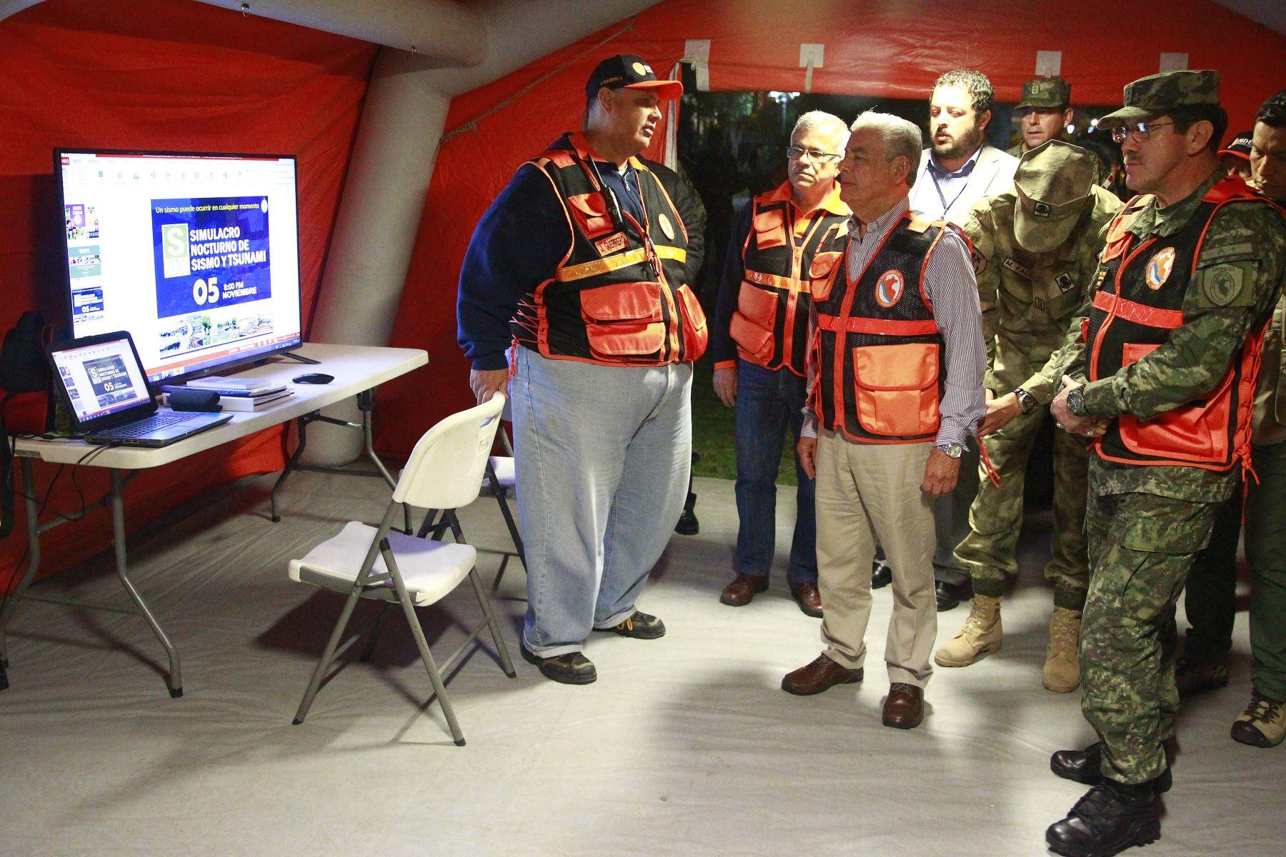 El Primer Ministro César Villanueva y el ministro de Defensa José Huerta supervisan el  Simulacro Nocturno de Sismo .Foto: ANDINA/Eddy Ramos