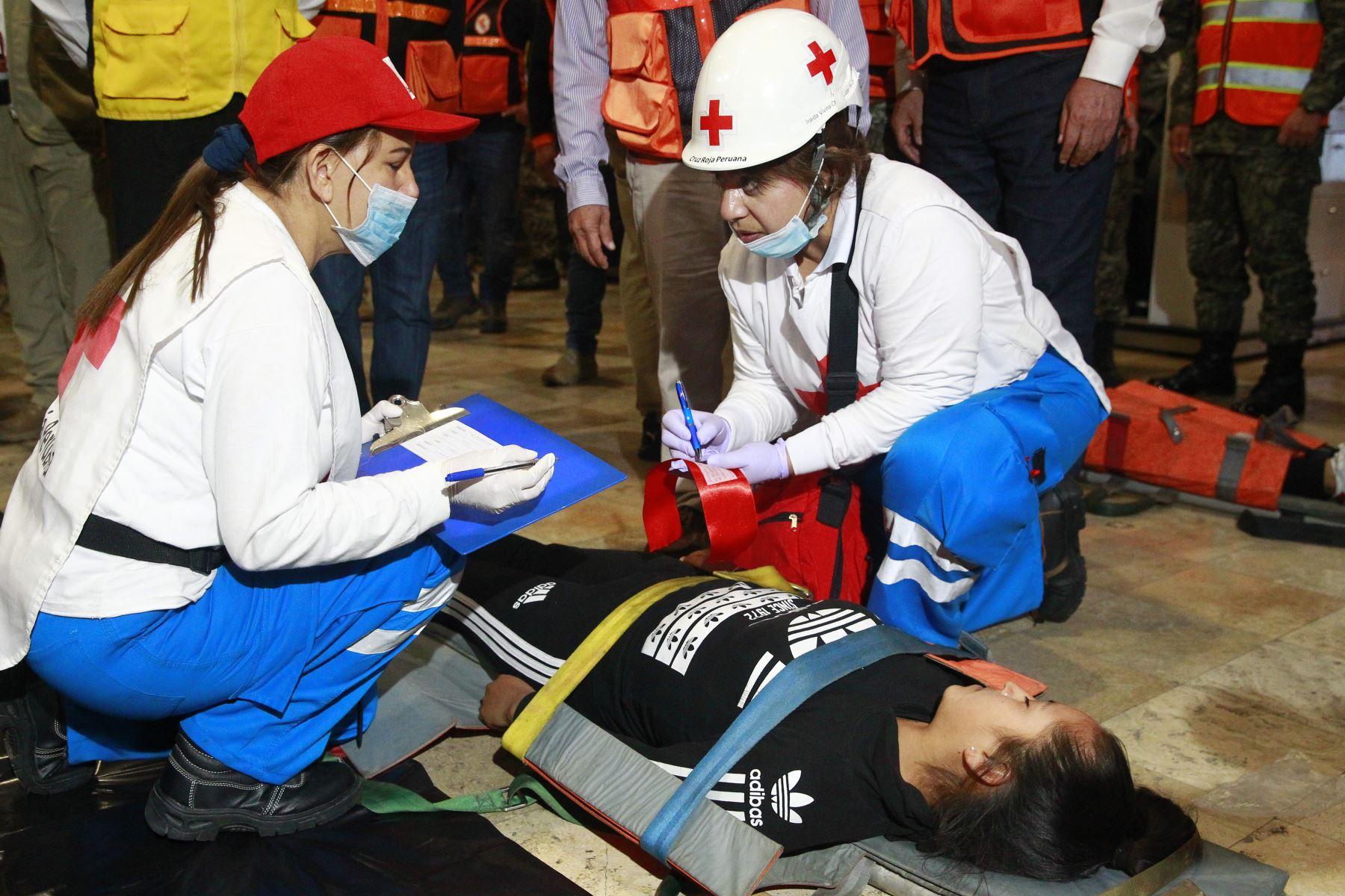 Heridos son rescatados en  Simulacro Nocturno de Sismo .Foto: ANDINA/Eddy Ramos