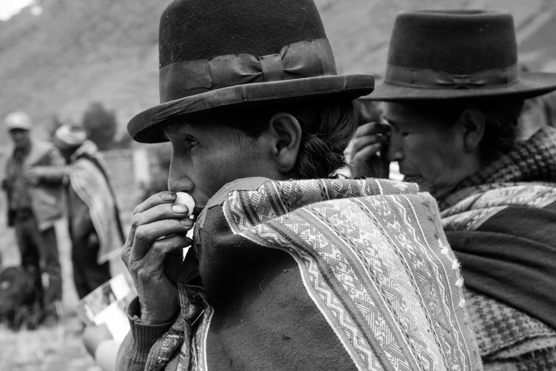 Pobladoras de Llacchuas derraman lágrimas por sus  seres queridos, tras 35 años de espera para darles una digna sepultura. Foto:ANDINA/Jack Ramón