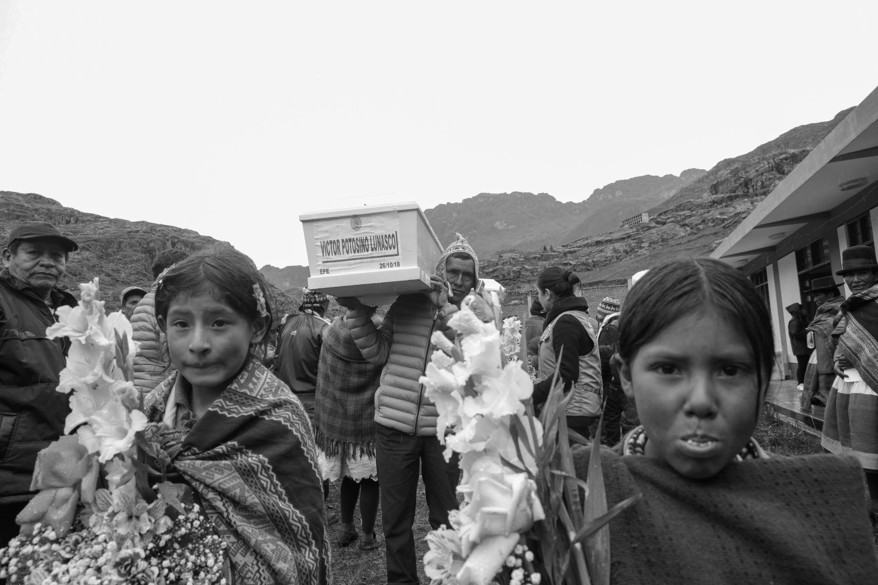 Como parte de la reparación simbólica, el representante del CMAN realiza las disculpas públicas a los deudos de las víctimas del conflicto armado interno 1980-2000. Foto: ANDINA/Jack Ramón
